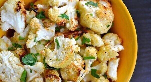 Цветная капуста с чесноком, сыром Пармезан и зеленью в духовке
